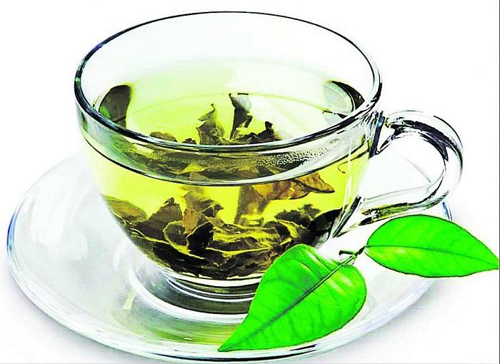 Зеленый чай эффективно смывает мейкап и придает коже сияния. / Фото: magpara.ru
