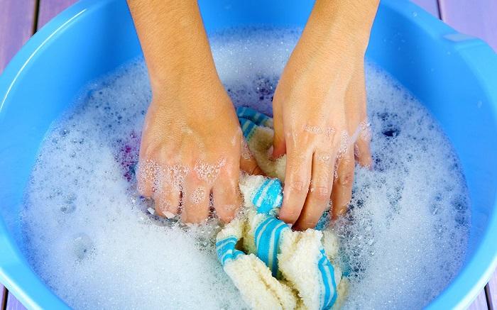 Если плохо полоскать полотенце, в нем останутся остатки порошка. / Фото: id4u.com.au