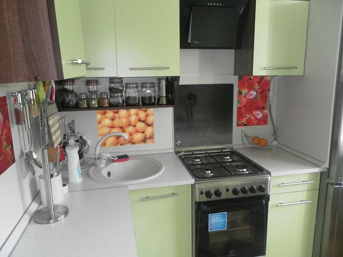 На крохотной кухне сложно разместить все необходимое. / Фото: 6sotok-dom.com