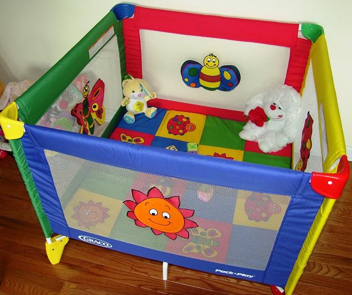 Манеж поможет не выпускать ребенка из виду. / Фото: lyalyalux.com