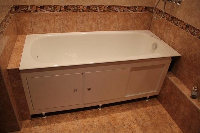 Под ванной будет скапливаться много пыли, если останется свободное пространство между экраном и полом. / Фото: masteravannoy.ru