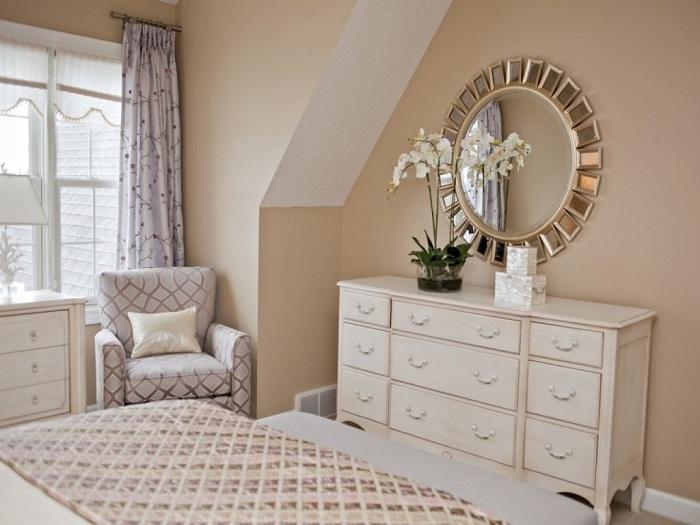 Комод, расположенный напротив кровати, занимает много места в комнате. / Фото: mebelindesign.ru