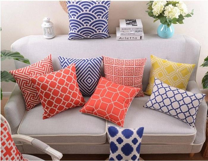 Обилие диванных подушек создает визуальный шум. / Фото: merisaheli.com
