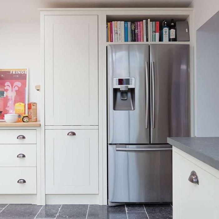 Полка для кулинарных книг над холодильником. / Фото: houzz.ru