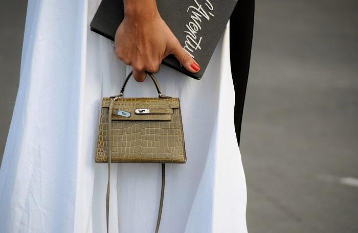 Микро-сумки входят в моду максимум на один сезон. / Фото: modnaya.org
