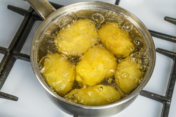 В кипятке картофель быстрее сварится. / Фото: mikrovolnovochki.ru