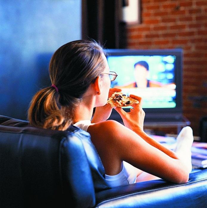 Одинокие девушки смотрят множество сериалов и ток-шоу. / Фото: miridei.com