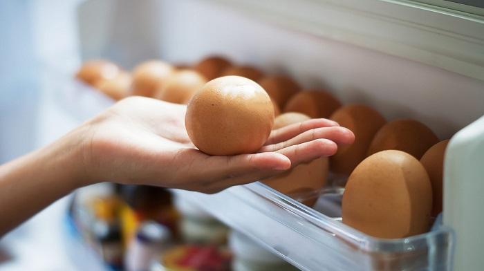 Яйца должны полежать в холодильнике. / Фото: mirnadivane.ru