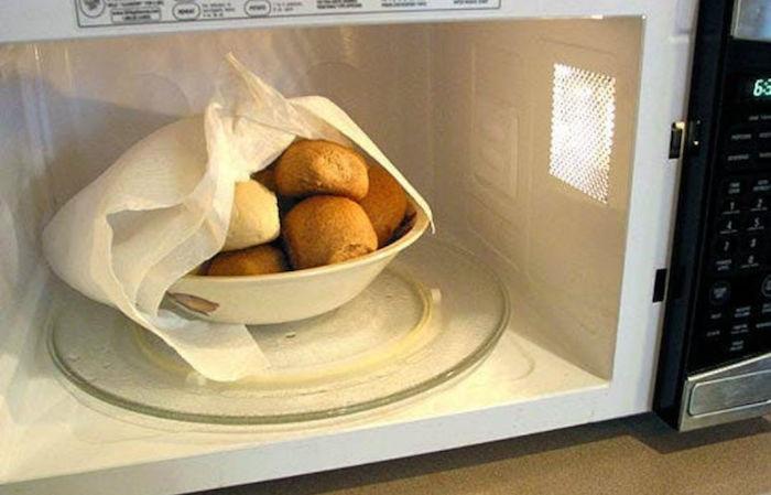 Используйте влажное бумажное полотенце, когда готовите в микроволновке, чтобы блюда не были резиновыми. / Фото: mirrasteniy.com
