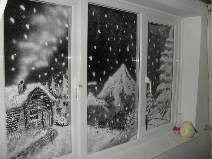 Зимний пейзаж на окне можно нарисовать пастой. / Фото: mirrukodelija.ru