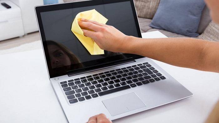 Уберите пыль с экрана ноутбука при помощи тряпки из микрофибры. / Фото: mobcompany.infomobcompany.info