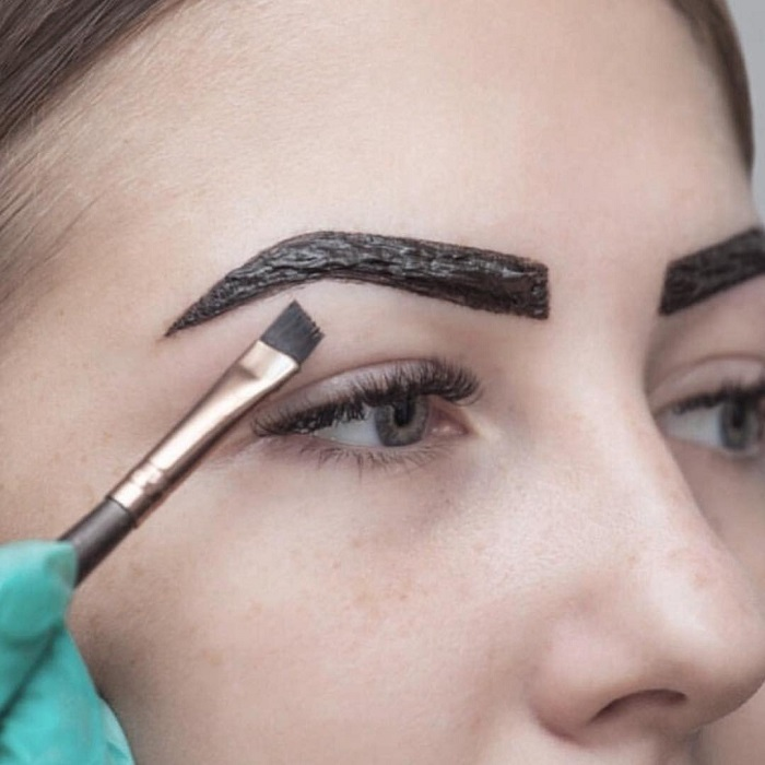 При окрашивании бровей важно придать им красивую форму. / Фото: modamix.net
