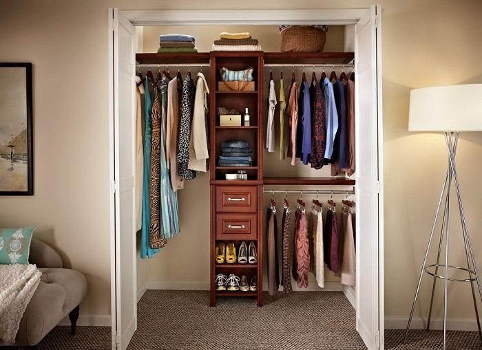 В гардеробной удобно располагаются все вещи. / Фото: modernplace.ru