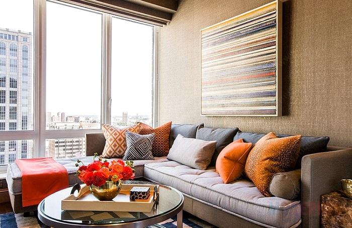 Яркие диванные подушки могут оживить интерьер. / Фото: modernus.ru
