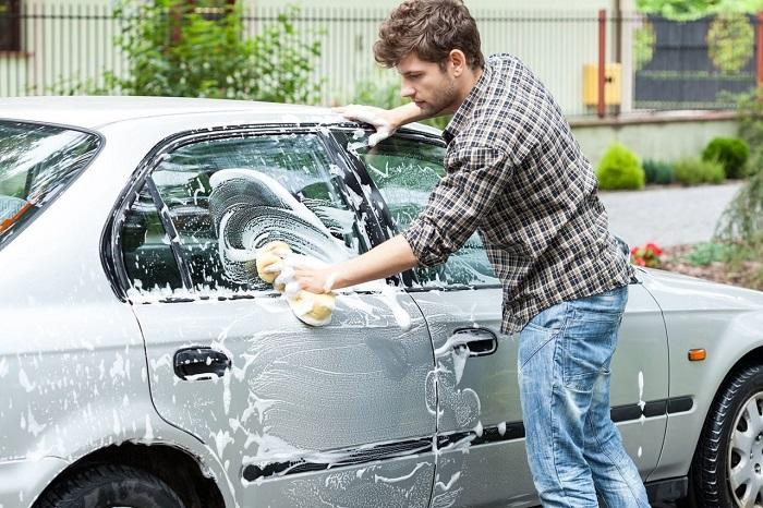 Обычно мужчины сами моют машину, но иногда нуждаются в напоминании. / Фото: drive2.com