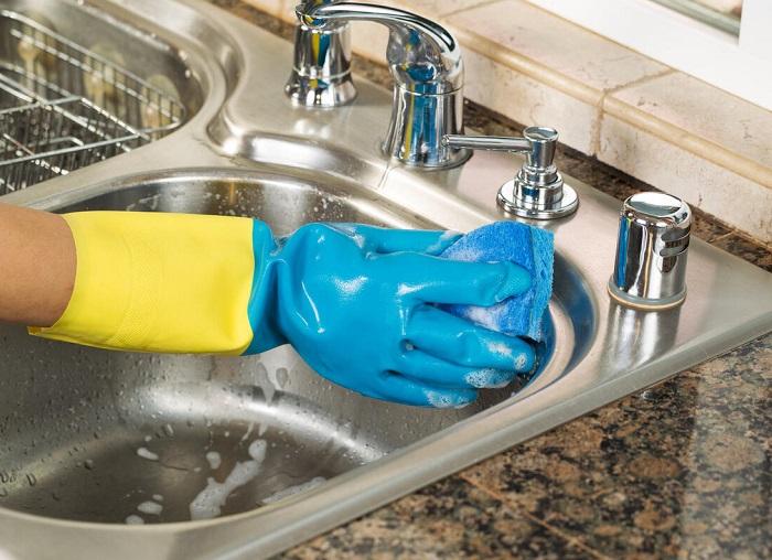 В процессе мытья раковины нужно надевать перчатки. / Фото: academybeauty.ru
