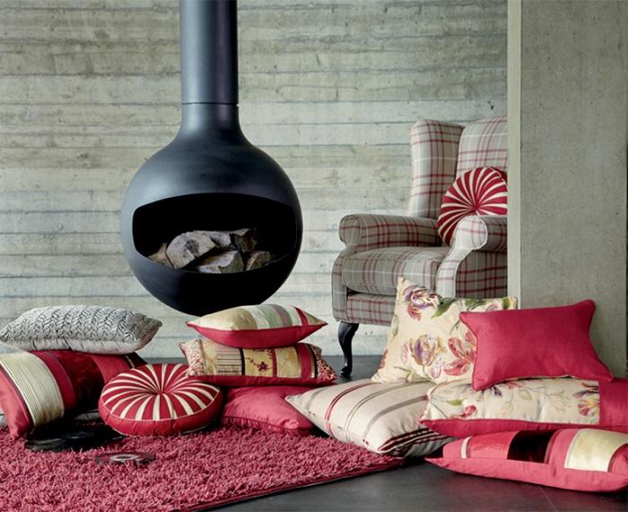 Подушки можно положить на пол и использовать в качестве дополнительных мест для сидения. / Фото: moidomiks.ru