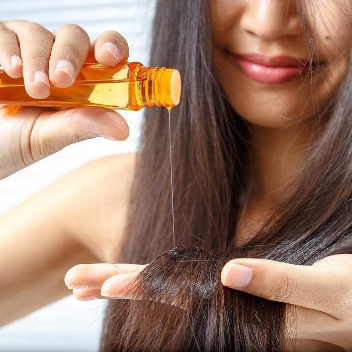 На сухие волосы масла нужно наносить только если они вьющиеся. / Фото: moj-doktor.ru