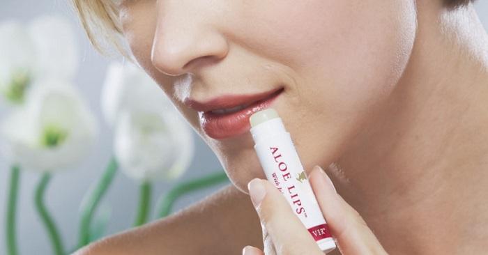 Бальзамы для губ тормозят испарение влаги и естественное обновление кожи. / Фото: mon-aloe-vera.fr