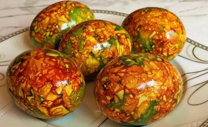 Мраморный узоры можно сделать с помощью луковой шелухи и зеленки. / Фото: mimiledi.ru