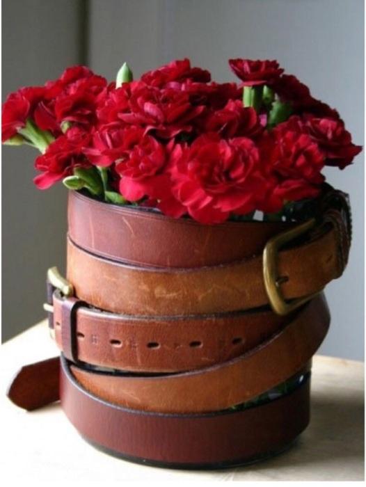 Старый вазон можно украсить при помощи кожаного ремня. / Фото: musely.com