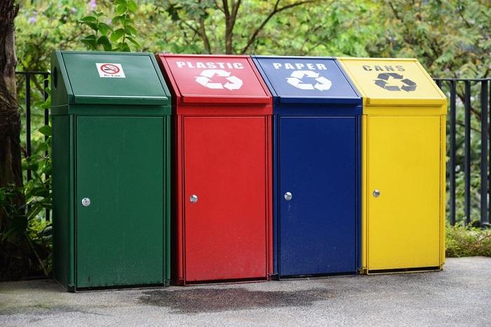 Мусорные баки для удобства красят в разные цвета. / Фото: travelask.ru