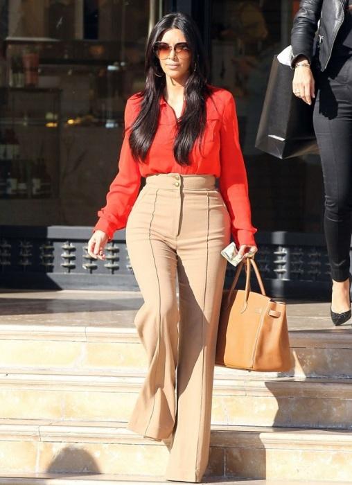 Ким Кардашьян в широких брюках с завышенной талией. / Фото: muz1.tv