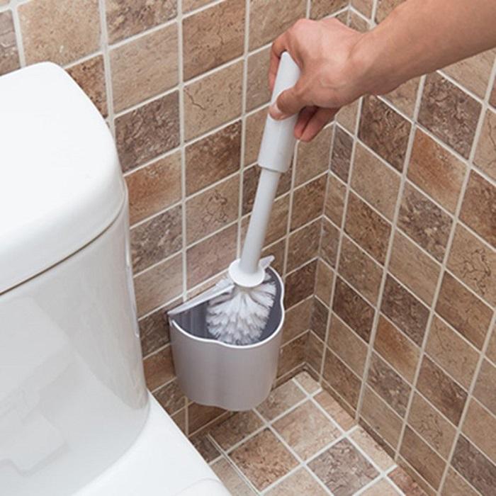 Туалетный ершик после мытья нужно обеззараживать. / Фото: my-bookshop.ru