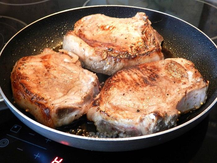 Если на сковороде не останется свободного места, мясо не будет жариться. / Фото: kylinariaohta.ru