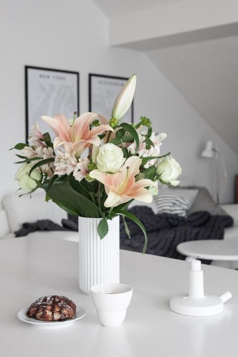 Живые цветы в лаконичной вазе всегда актуальны. / Фото: mykaleidoscope.ru