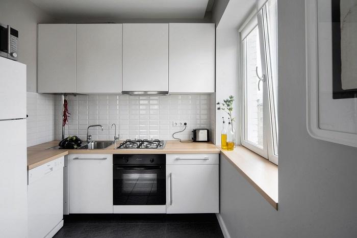 Белый цвет отражает свет и делает комнату более просторной.