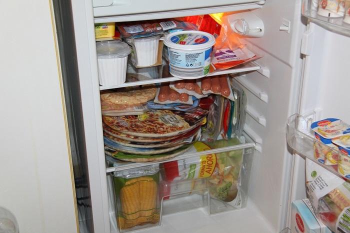 Забитый холодильник делает уборку сложнее. / Фото: mylove.ru