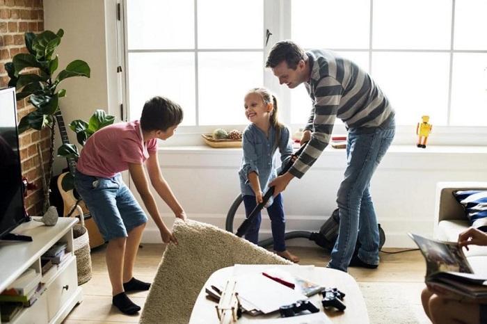 Генеральную уборку принято проводить всей семьей. / Фото: myseldon.com