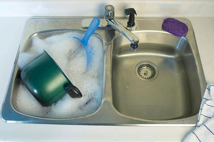 Экономнее набирать воду в раковину и мыть посуду. / Фото: indyturk.com