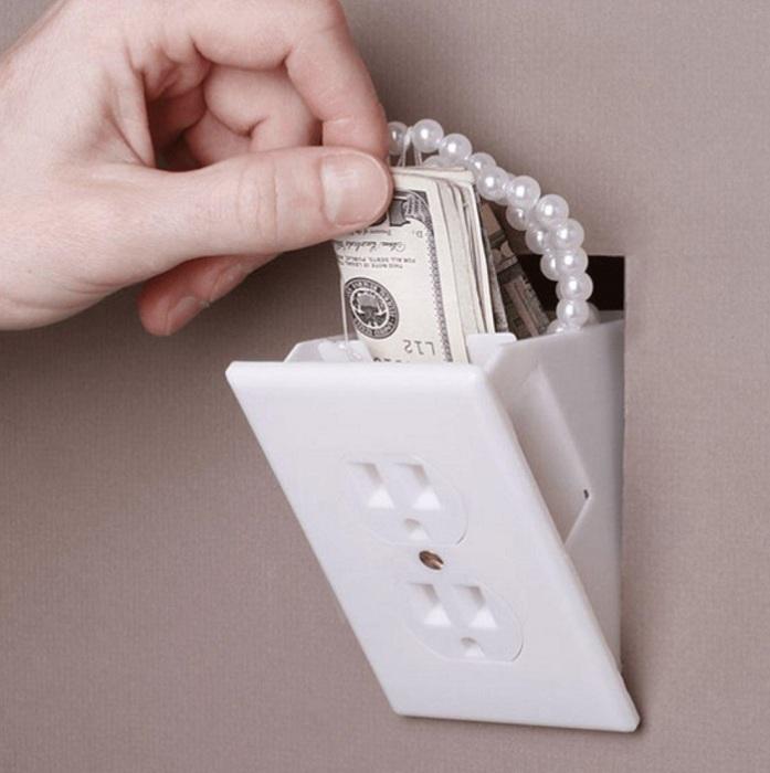 Сбережения можно хранить в отверстиях под розетку. / Фото: nadoremont.com