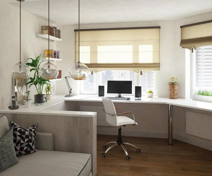 Подоконник можно использовать как стол для работы. / Фото: nastroike.com
