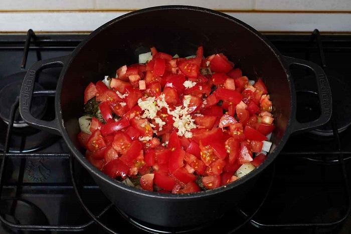В пересоленное рагу нужно добавить томаты. / Фото: ne-dieta.ru