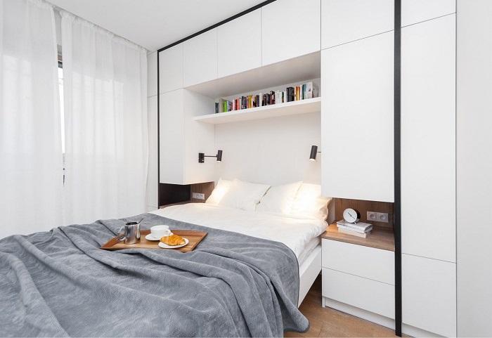 Вокруг кровати отлично будут смотреться встроенные шкафы. / Фото: pinterest.ru