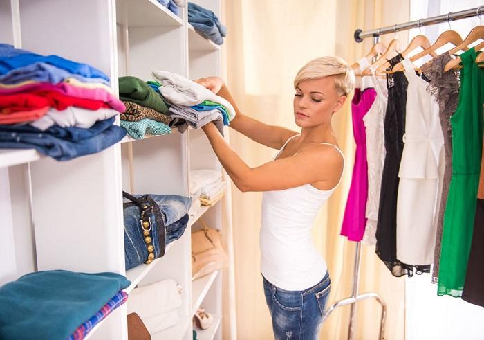 Каждый сезон с полок следует убирать ненужные вещи. / Фото: nevi.ru