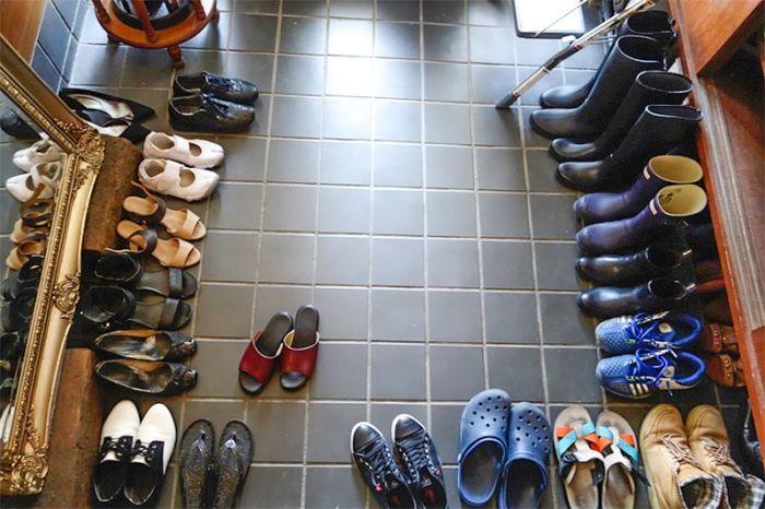 Если у домочадцев много обуви, должна быть соответствующая система хранения. / Фото: nippon.com