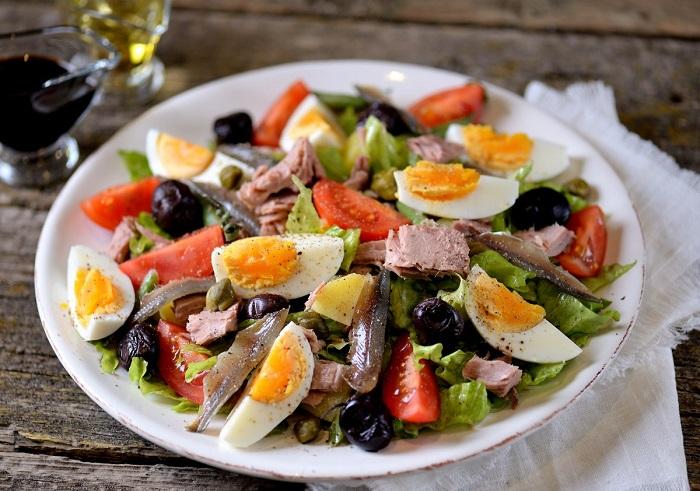 Французский салат нисуаз с анчоусами. / Фото: kartinkin.com