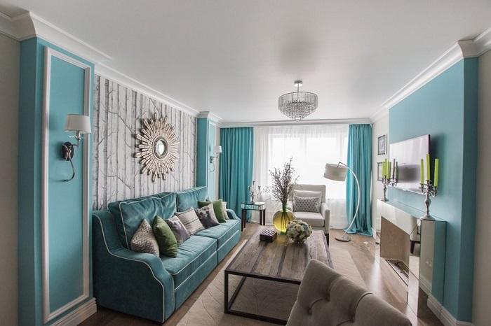 Голубые шторы в тон стен и дивана. / Фото: novinterior.ru
