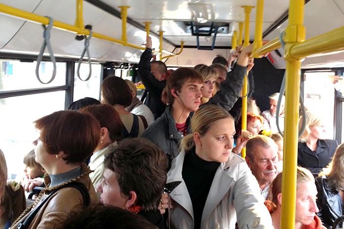 В час пик автобусы переполнены. / Фото: novosti-saratova.ru