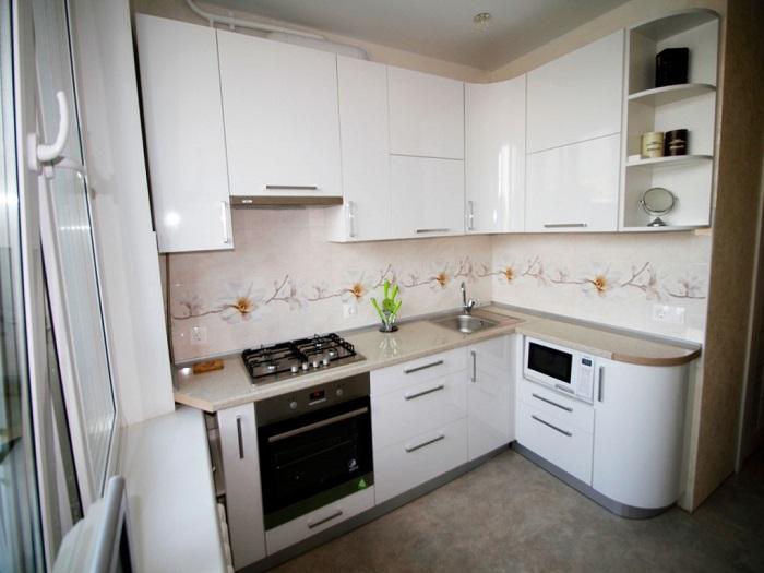 Глянцевый кухонный гарнитур создаст эффект многократных отражений. / Фото: nuzhna-mebel.ru