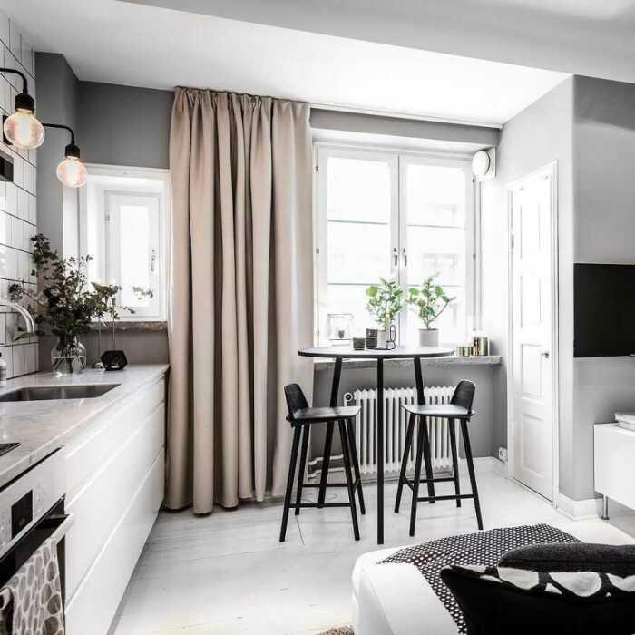 Высокий стол и стулья выглядят элегантно. / Фото: stroitelstvo.expert