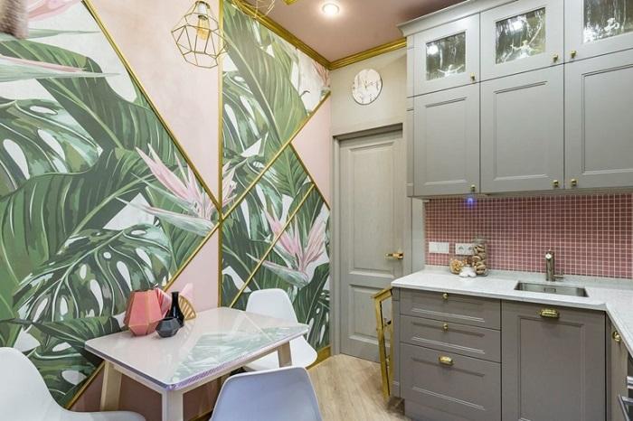 Крупный принт не уменьшит пространство кухни, если будет использоваться как акцент. / Фото: happymodern.ru