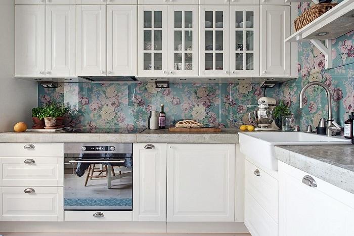Обои можно использовать как кухонный фартук, но их нужно закрыть стеклом. / Фото: thespruce.com