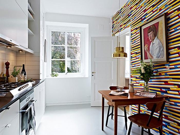 Кроме ярких обоев на кухне должен присутствовать другой декор, например, картина. / Фото: remoo.ru