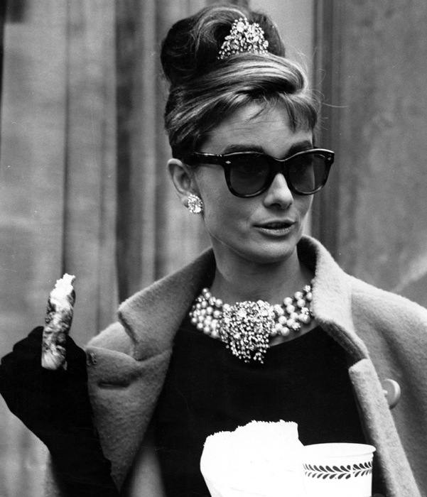 Одри Хепберн в очках «кошачий глаз». / Фото: gafavintage.com