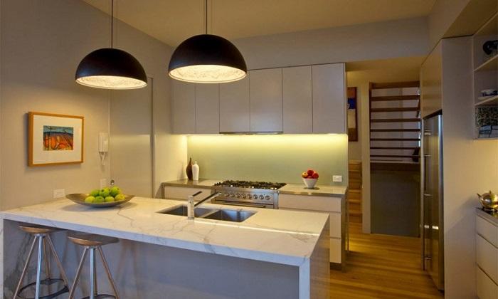 Крупногабаритные светильники в интерьере кухни. / Фото: odeon-light.by